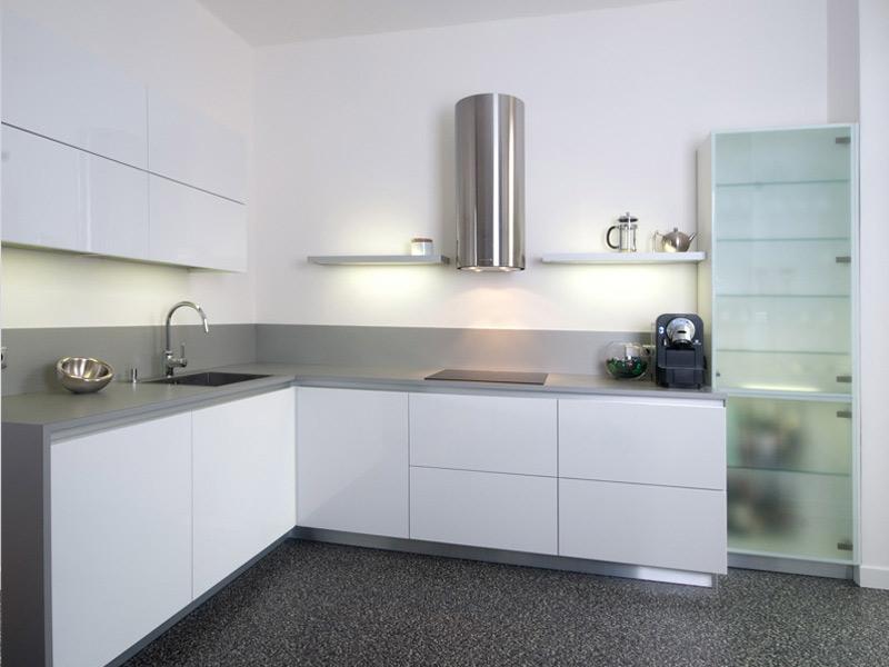 современная белая кухня без ручек
